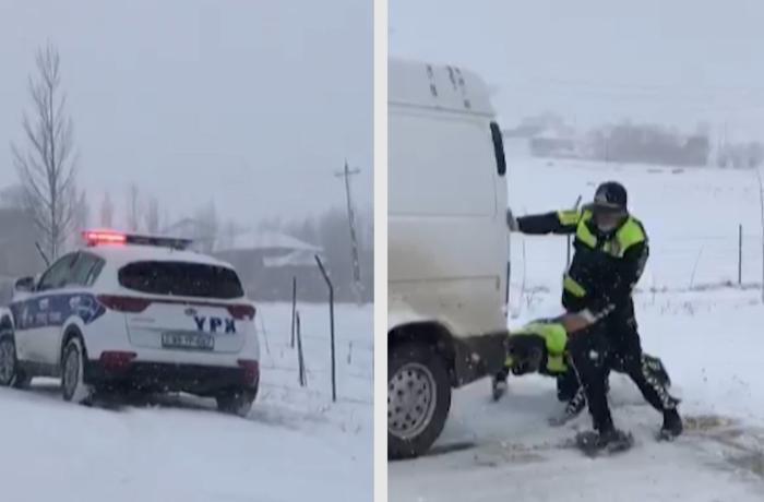 Yol polisi qarda köməksiz qalanlara yardım etdi - VİDEO